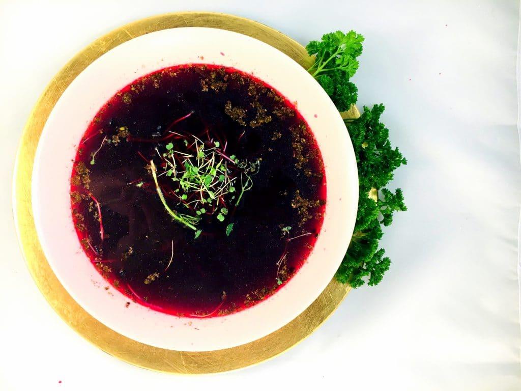 Wegetariański naturalny barszcz czerwony z suszonymi grzybami.